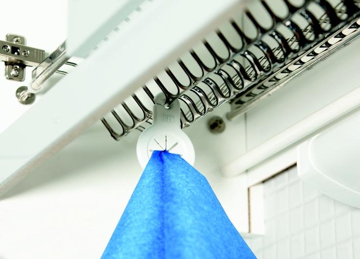 SINI Liinariipus on kätevä keittiöliinan pidike. Liinariipus on suunniteltu kiinnitettäväksi keittiön astiakaapin kuivausritilään, johon se on helppo pujottaa.