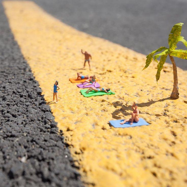 Le Street Art miniature de Slinkachu.  Intégrées parmi les mauvaises herbes qui…