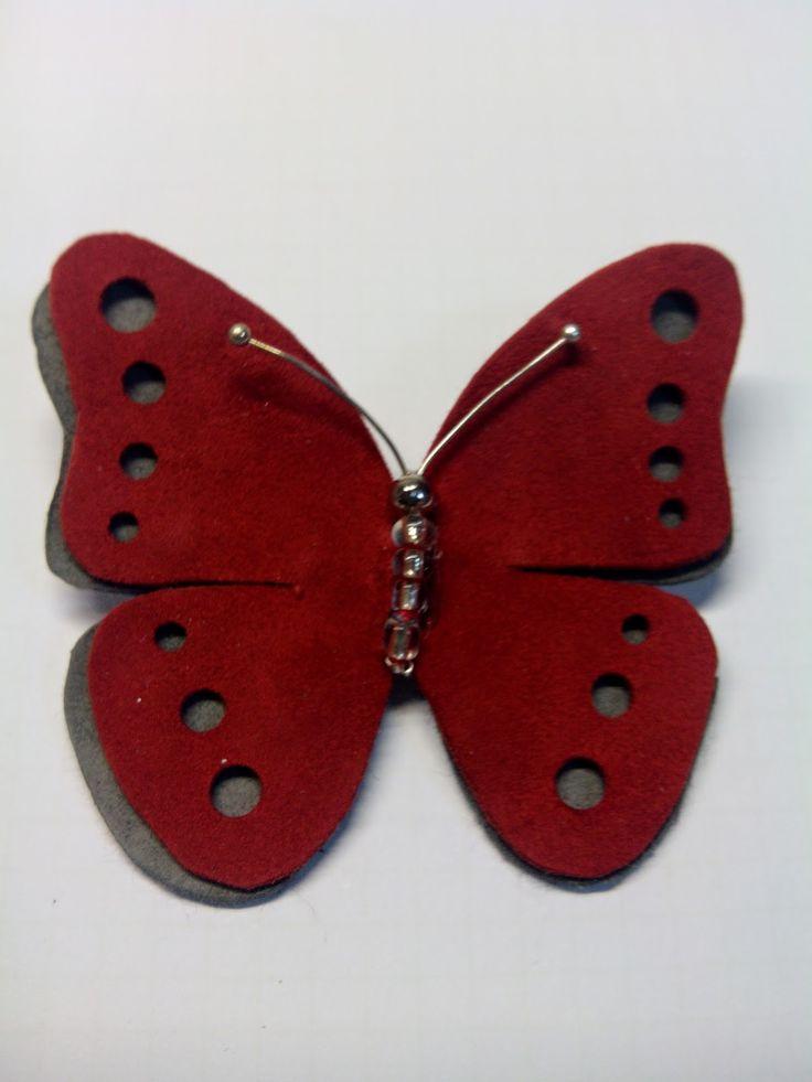 Broches, collares, pulseras, diademas, llaveros, carteras.... complementos únicos hechos a mano con diferentes materiales como fieltro, tela y cuero.
