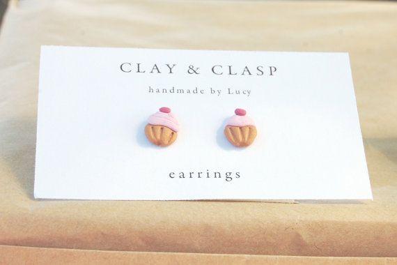 Polymer Clay Cupcake orecchini fatti a mano da me! Mescolare accuratamente il fimo per forma e bei colori si fondono e decorare. Orecchino schienali