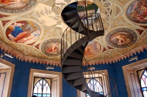 La torre Mastio, primo nucleo del maniero, che si sviluppa su cinque livelli, quattro dei quali, collegati da una scala in ghisa costruita da maestri Napoletani, sono interamente affrescati dall'artista Girolamo Varni;