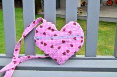 Essa bolsa em formato de coração é fofa e as crianças vão adorar