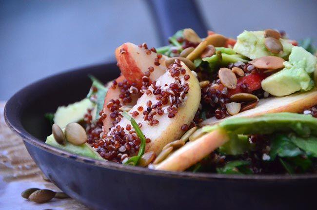 Quinua salat med æble, advocado og sesam/ honning dressing