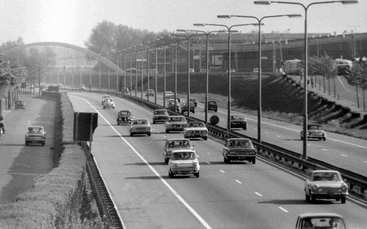 Op de snelweg Verkeer van vroeger (jaartal: 1960 tot 1970) - Foto's SERC