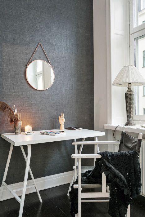 Erik Olsson Fastighetsförmedling - Arbetsplats-skrivbord-fonster-lampa-spegel-mork-svart-vit-gra- My home
