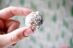 Dessa kokosbollar (eller ketobollar lchf, påverkar inte ketosen – därav namnet) tycker jag är otroligt goda att förvara i frysen och plocka fram några minuter innan de ska ätas. De funkar såklart kylskåpskalla också, men det är nått speciellt med nått kallt med chokladsmak tycker jag! Ingredienser till ca 20 stycken ketobollar: 200 g kokosflingor…