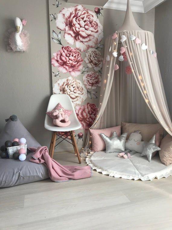 Dieses Kinderdecken-Hängezelt ist aus Chiffon und sanfter beige Farbe gefertigt. Andere…