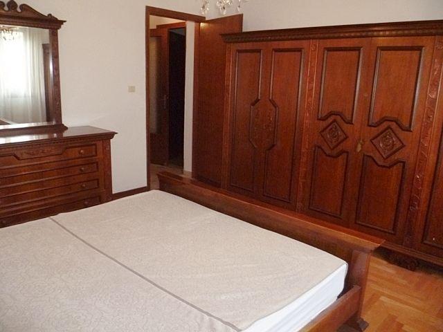 Camera da letto in legno scuro nell'appartamento che proponiamo a San Bellino. Per informazioni e per prendere un appuntamento: info@pinaetacasapadova.it - 049/8766222.