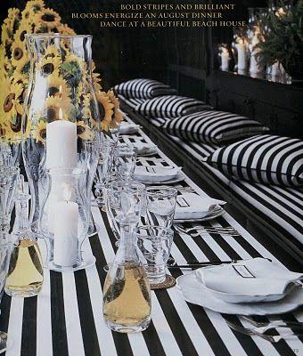 I long for this type of seating....  Siyah beyaz masa örtüsü