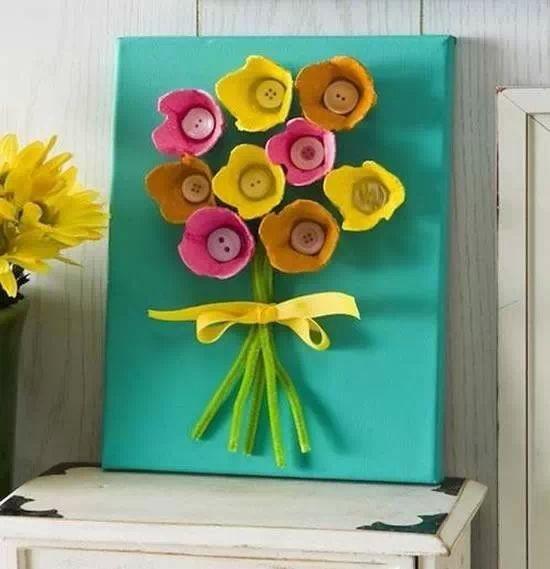Flor feita com caixa de ovos
