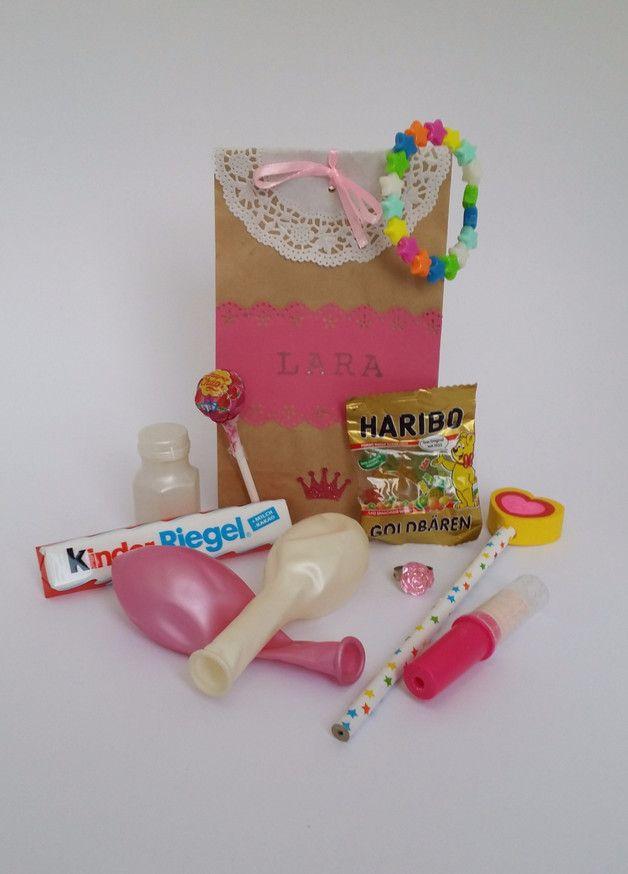 Fertig gefüllte Mitgebsel-Tüte für den Kindergeburtstag im rosa Prinzessin-Design.   Inhalt: 4 Süßigkeiten & 5 kleine Geschenke (2 Luftballons, Sternen-Armband, Mini-Seifenblasen, Ring, Bleistift...