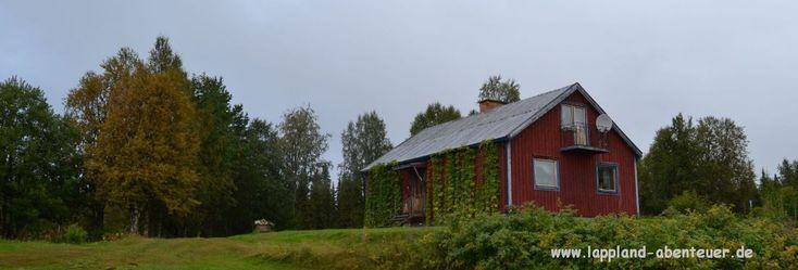 """Unser neuestes Haus """"Astrid Lindgren"""" liegt am Waldrand, nur 200m vom nächsten großen See entfernt. Offener Kamin, geräumige Sauna im Haus, viel Platz für die große Familie und liebevolle Ausstattung machen dieses Haus zu dem Ort, an dem Du Deine Ferien immer wieder verbringen möchtest. Wenn Du morgens wach wirst, gehst Du vom Schlafzimmer auf den Balkon und schaust auf die Weiten schwedisch Lapplands! Besonders für Hundefreunde ist dieses Haus wie geschaffen. Die Hunde haben ein ei..."""