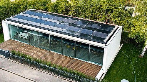 Dans la banlieue de Stuttgart en Allemagne, la première « maison active B10 » a été installée en 2014. Son architecte Werner Sobek s'est fixé pour objectif les « 3 zéros » : zéro déchet, zéro énergie et zéro émission. Le résultat semble prometteur !