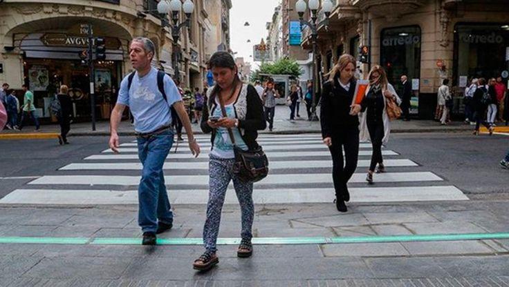 Los porteños instalarán semáforos en el piso para peatones distraídos con sus celulares: La Legislatura de la CABA sancionó la ley para…