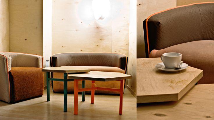 Pod ozdobną, wielokolorową tapicerką i jaskrawą lamówką skrywają się – poddane tą drogą pomysłowej renowacji – stare fotele i kanapy.