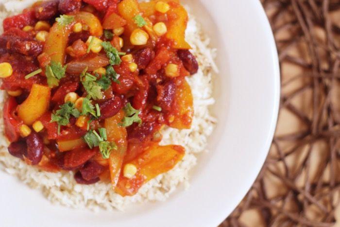 Chili, bonen, groente, mij maak je er blij mee en vandaag laat ik je een simpele manier zien om zelf je tomatensaus te maken (kun je ook voor pasta's gebruiken) die je zelf kunt aanpassen met andere kruiden. Dit is de basis en dat heb ik gedaan met een vegetarische chili. Ook is hetgeen dat …