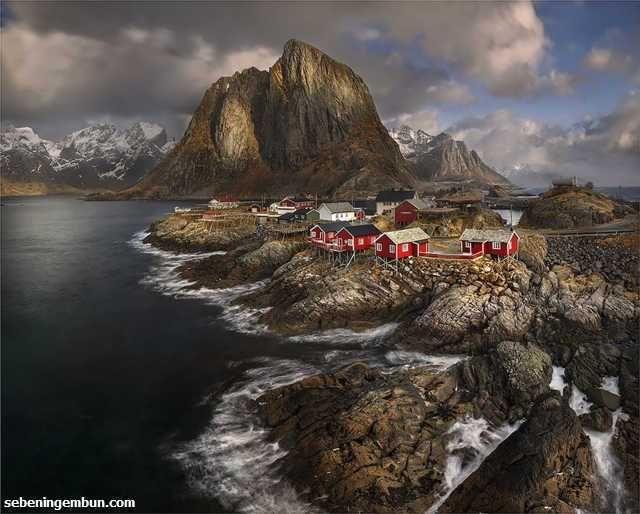 Dengan banyaknya atraksi alam disana tak heran jika Norwegia menjadi salah satu tujuan wisata favorit dunia. Matahari tengah malam, aurora, fjord, gletser.