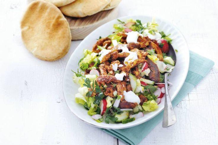Broodje shoarma nieuwe stijl: met babyromainesla en verse kruiden - Recept - Kipshoarma met rijkgevulde salade - Allerhande