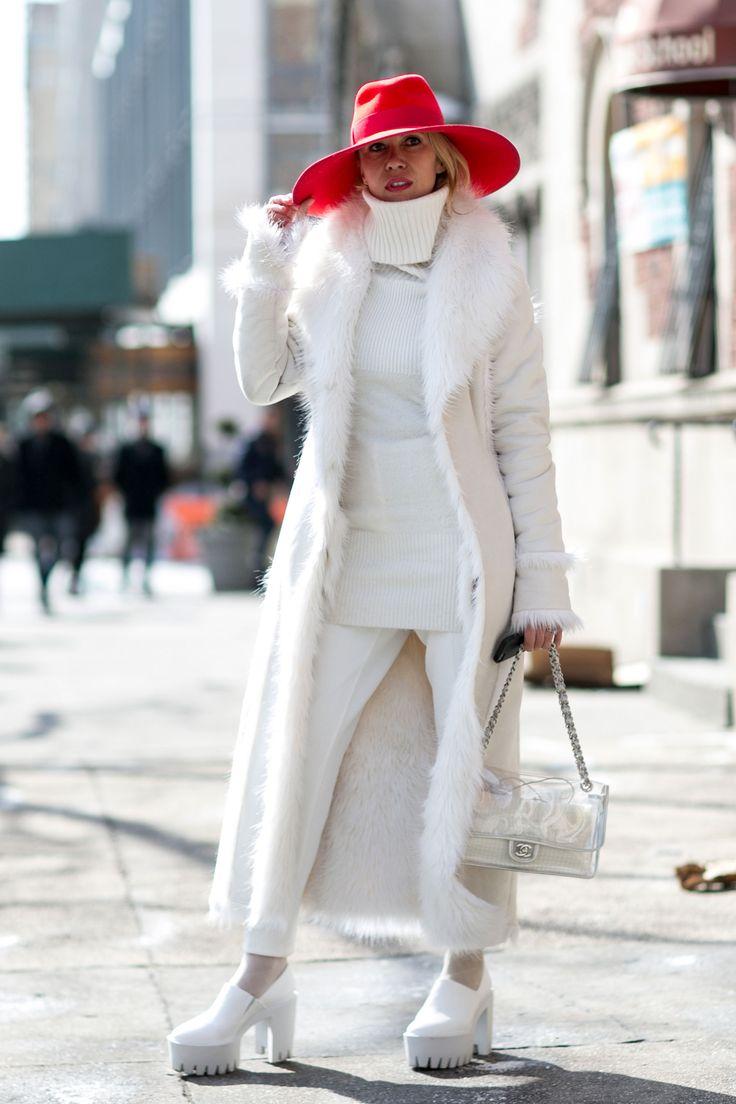 I cappelli a tesa larga hanno un gusto retrò, ma sanno anche essere moderni se abbinati con l'outfit giusto. Un esempio? Un total white con un bel copricapo rosso.  -cosmopolitan.it