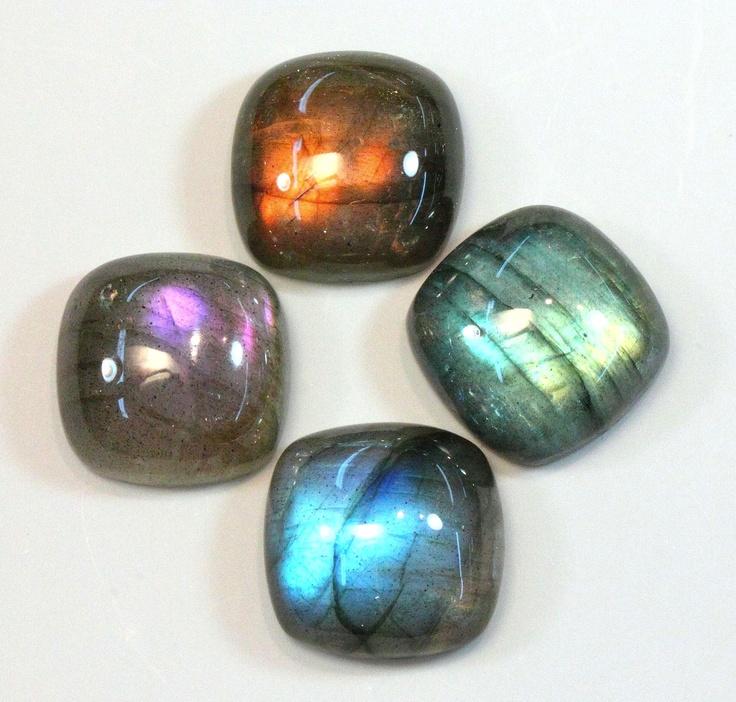 LABRADORITA.- Estas gemas potencian numerosas virtudes, tales como la equidad…