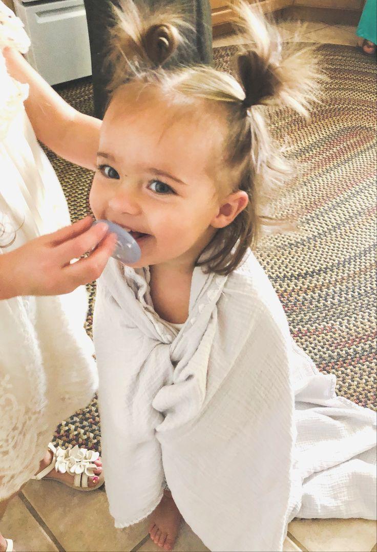 Nickerchen mit Decke und Schnuller. Glückliches Baby. Kleinkindzeit. – Baby für …   – Babys