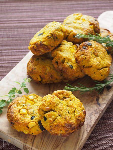 かぼちゃの色がきれいな野菜たっぷりで甘くない、お食事にも合わせられるスコーンです。おやつやおつまみにも♪  ポリ袋に材料をどんどん入れてガシャガシャ混ぜれば生地ができ、あとは適当に丸めてオーブンにお任せの簡単レシピです。  パン粉を入れると生地を作るときにも混ぜやすく、火の通りもいいです。仕上がりはさっくり軽めに。  余りがちなパン粉の活用にもぜひ!