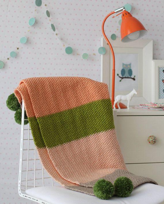 wunderbare handgemachte Decke für Ihr Baby!  --------------------------------------------------------------    Diese süße gestrickte Decke besteht aus Reis Muster in fünf verschiedenen Farben weichen Garn. Es hat 4 grüne Bommel an jeder Ecke.    Bestehend aus hochwertigen Garnen. Ideal zum abdecken ein Baby in eine Krippe, Autositz-Kinderwagen und ein wunderbares Baby-Dusche-Geschenk!    Maße:    Ca.: 72 x 72 Zentimeter.    In eine Rauch / Haustier kostenlose Homepage gemacht…