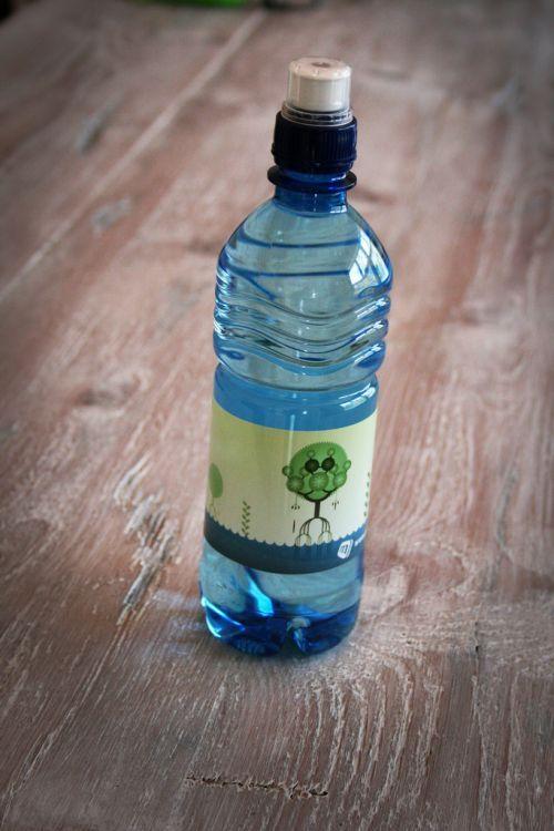 Le truc est tout simple puisqu'il suffit de penser à mettre une bouteille d'eau en plastique au congélo et d'avoir un ventilateur à la maison. Une fois que la bouteille d'eau est bien congelée, vous n'avez plus qu'à la placer devant votre ventilateur pour profiter d'un air rafraîchissant et apaisant. L'avantage est que ce truc fonctionne aussi si vous n'avez pas de ventilateur, en plaçant la bouteille sur une fenêtre ouverte. Mais il faut tout de même un peu de vent !.