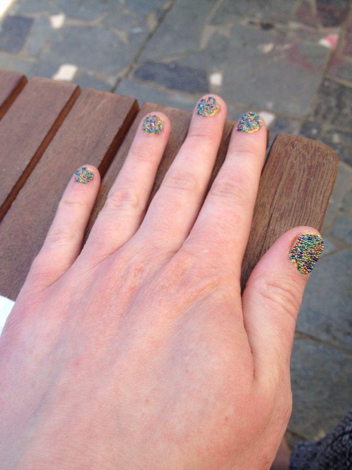 Caviar Nail Art Kit van Action. Gouden nagellak gedipt in gekleurde balletjes