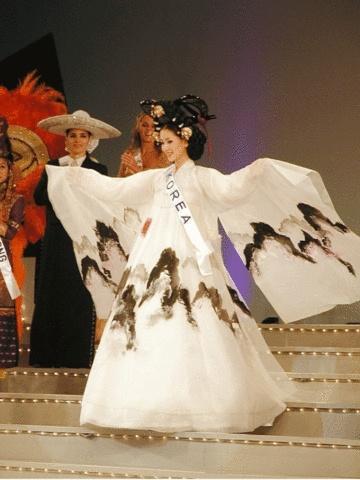 세계대회에서 뽑힌 가장 예쁜 옷 1위..... 구름에서 내려온 선녀!!!!