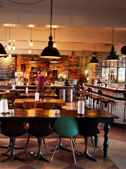 DasKexHostel in REYKJAVIK,IslandFür dasKex Hostel wurde eine alte Keksfabrik in Reykjavíks Innenstadt einfach umgebaut. Die alten Fabrikräume sind liebevoll mit jeder MengeVintage-Möbeln eingerichtet. Im Café undauf der Veranda werdenKaffee und ofenfrische Kekse gereicht. Auch cool: Bei Hostel-Friseur Andri Tyr kann man imRetro-Friseurstuhl Platz nehmen und sich die Haare machen lassen.Die Zimmer erinnern op...