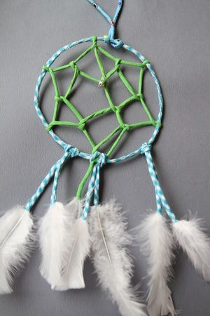 diy dream catcher - tutorial. def not in english, but the pictures are clear enough