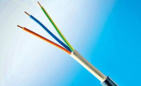 Vorsicht bei Elektro-Installationen. Wenn man eine Steckdose, eine Lampe oder ein Elektro-Gerät anschließen will, sollte man Vorsicht walten lassen. Es gilt: Immer erst die Sicherung raus!