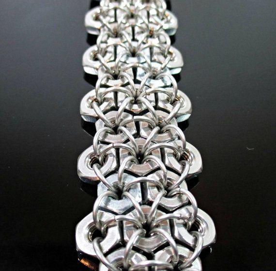 Un bracelet de style de manchette très solide et musclé fait des écrous hexagonaux en acier inoxydable et bracelet.  Un accessoire idéal pour ceux qui ont un large éventail de style et dintérêt. Que ce soit réducteur, metalhead, ou steampunk et tout entre les deux. Ou quelquun qui aime juste un bracelet en métal robuste.  Différentes longueurs disponibles. Voir les options de menu déroulant variation.