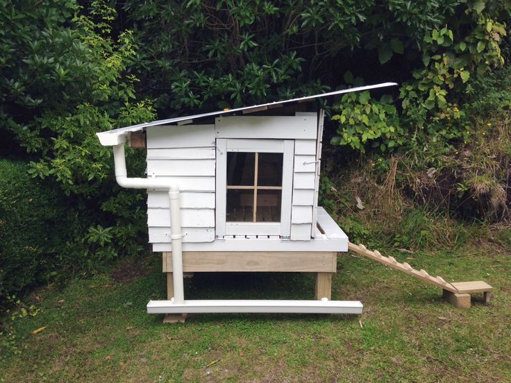 pallet chicken coop house - totally cool idea too for the water trough