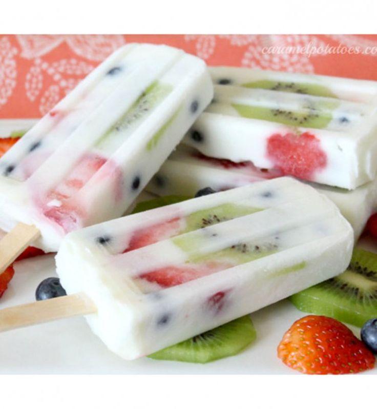 Des bâtonnets de glace au yaourt et fruits frais