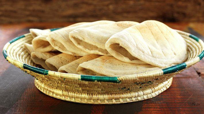I det nordøstre hjørnet av Afrika blir injera spist hver dag, og fungerer som både bestikk og brød. Injera er en tykk pannekake som tradisjonelt laget av teff, eller jyttemel, et naturlig glutenfritt mel fra en gressplante. Her er en oppskrift med hvete- og byggmel, som fungerer like bra.