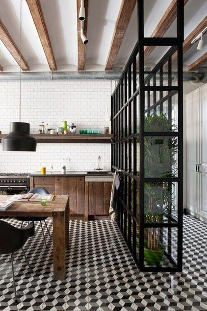 Un mélange de rustique (bois sombre) et de graphique (carreaux ciment, métal noir) a la cuisine. Et ce fameux motif 3D fonctionne toujours