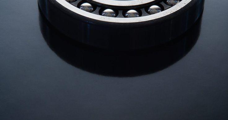 Como ajustar rolamentos da roda de um Ford Ranger. Os rolamentos de roda do Ford Ranger suportam bastante tensão, peso e calor devido ao atrito. Sempre que o veículo se move, os rolamentos de roda devem girar dentro do eixo, andando suavemente durante suas corridas. Isso permite que as rodas girem facilmente enquanto a lubrificação durar no conjunto de rolamentos. Com o tempo e o desgaste, os ...