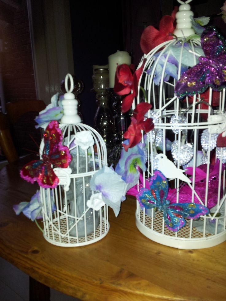 De dochter van mijn vriendin was jarig en toen ben ik aan het knutselen gegaan voor haar net nieuw ingerichte kamer (PiP style) en bedacht dat het leuk zou zijn als ik twee vogelhuisjes met wat bloemen, kerstverlichting op batterij in hartvorm, vlinders en vogels zou versieren (zowat alles is gekocht bij Action). Zie hier het resultaat, het verlicht een gezellig donker hoekje op haar kamer.