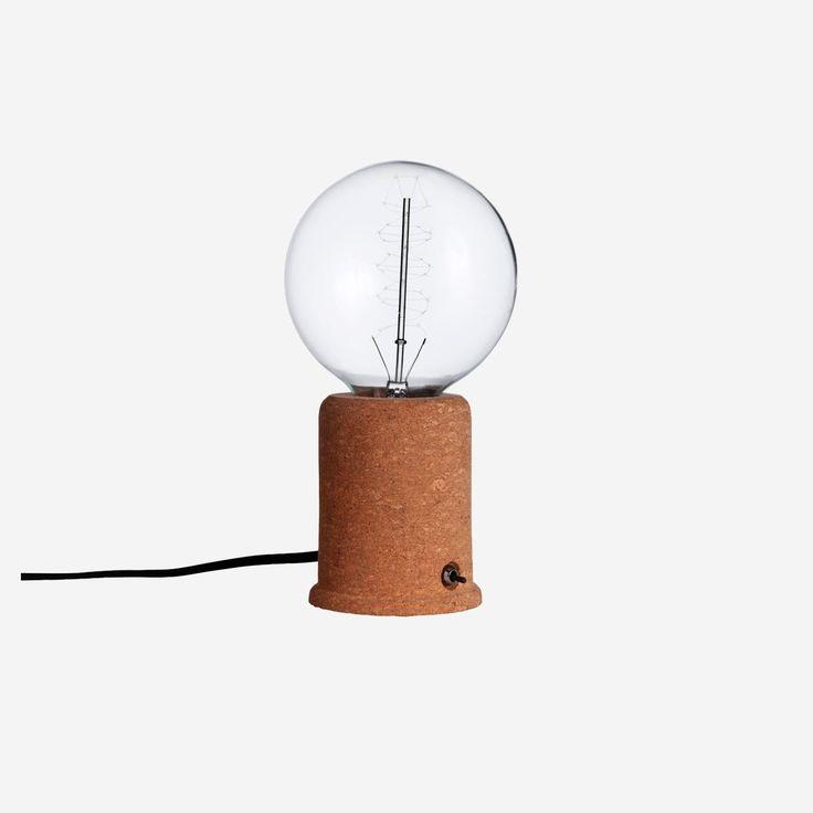 Köp Stella Krok Bord online. Bordslampa i kork med svart textilsladd.