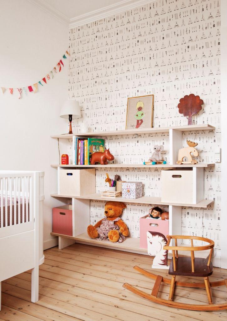 Få gode råd og inspiration til hvordan du kan bygge din egen reol til børneværelset. EN DIY løsning som giver masser af fleksibilitet og opbevarings plads.