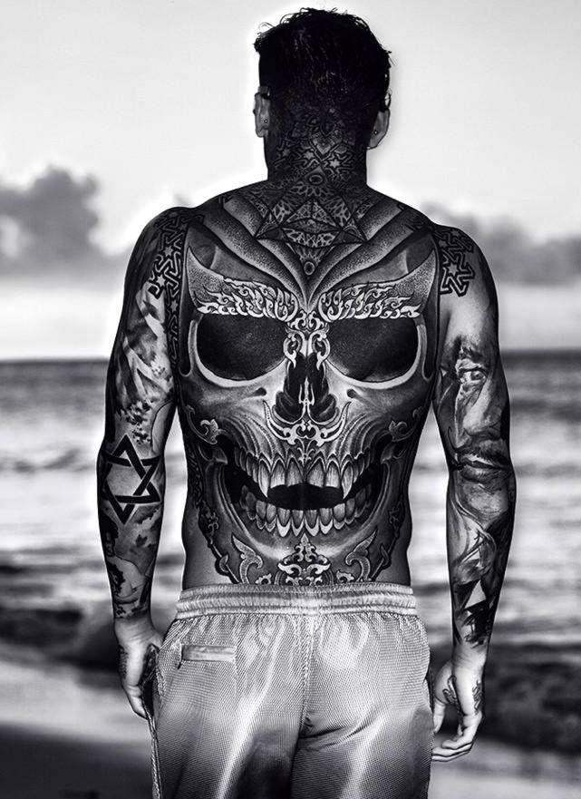 duża czaszka tatuaże na plecach