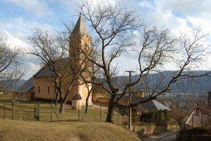Katolícky kostol sv. Jána Krstiteľa. Kostol vHrhove kedysi patril ku kráľovskému majetku.