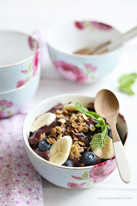 These Acai breakfast bowls are SO SO good.   What a #healthy #breakfast #recipe!   {YummyMummyKitchen.com}