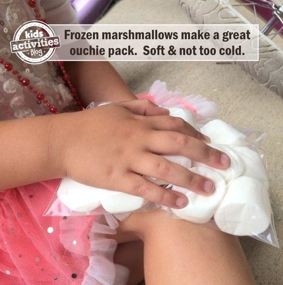 Ist ein normaler Eisbeutel Deinem Kind zu kalt? Gib ihm stattdessen gefrorene Marshmellows.   100 geniale Lifehacks für Eltern, die Dein Leben leichter machen