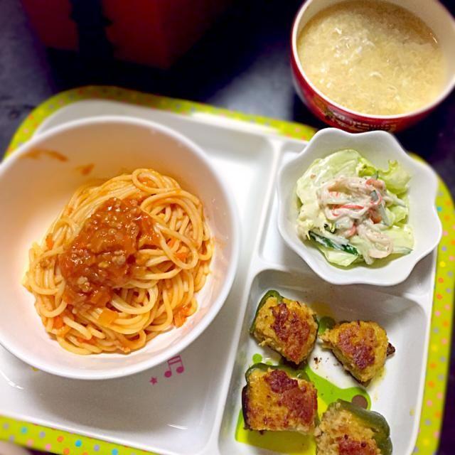 ⚫︎ミートソースパスタ ⚫︎ピーマンの肉詰め ⚫︎サラダ ⚫︎卵とえのきのスープ  パスタ→玉ねぎ、人参、ひき肉入り  肉詰め→玉ねぎ、すりおろし人参入り。ピーマン面を蓋してかなり焼いたらピーマンヒタヒタになっていい感じに◎  サラダ→レタス、カニカマ、きゅうりいり  スープ→卵スープ、いつもは鶏ガラだけど今日はコンソメのスープ - 7件のもぐもぐ - 子どもごはん by mamekoon