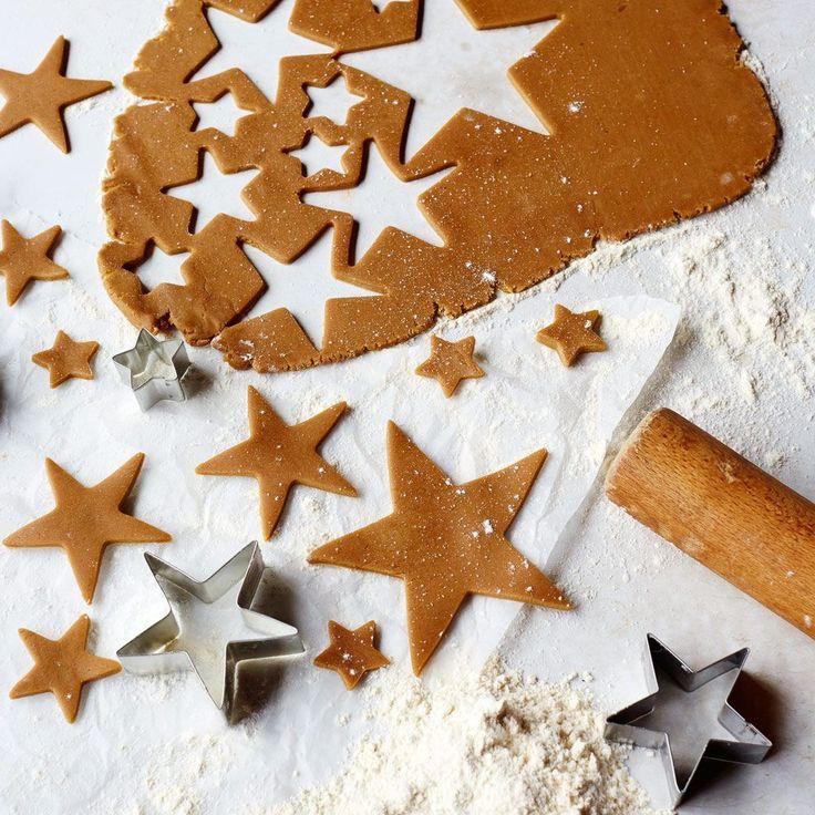 Koekjes bakken met Kerstmis is het leukste dat er is. Bak deze kerststerren samen met je kinderen en maak er een prachtige koekjeskerstboom waarmee je indruk maakt op iedereen! Wil je alleen de kerstkoekjes bakken, dan hoef je alleen de stappen 1 tot en...