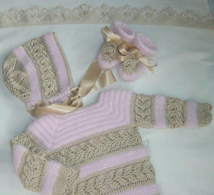 """Año nuevo, modelo nuevo.. os presentamos el """"Modelo 27"""", orginal conjunto de jubón, capota y patucos realizado en angora rosa y perlé tosta..."""