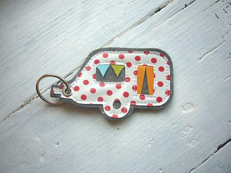 Süßer Schlüsselanhänger aus grauem Filz mit Applikation aus Wachstuch.  *Es handelt sich bei dem Angebot nur um den Wohnwagen-Schlüsselanhänger! ...